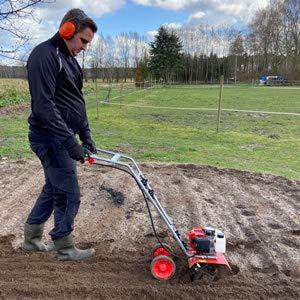 Benzin Gartenhacke (NEU) Effektive Bodenbearbeitung mit 25 cm Arbeitsbreite – 2-Takt Motor – 16 harte...
